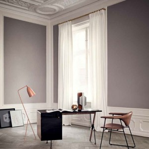 Designerskie biurko i krzesło pełnią także dekoracyjną funkcję. Fot. Gubi.