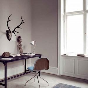 Ustawienie niewielkiego biurka w rogu pokoju to dyskretny sposób na zorganizowanie przestrzeni do pracy. Fot. Gubi.