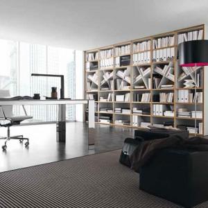 Optymalnym miejscem na ustawienie biurka jest przestrzeń przy oknie. Fot. Presottoitalia.