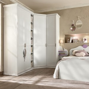 Strefę sypialnianą tworzy łóżko oraz pojemna szafa. Kolekcja Arkadia marki Colombini Casa.