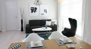Elegancja i przejrzystość to domena tej aranżacji. Oto jak zrobić z salonu ekskluzywne miejsce wypoczynkowe w nadmorskim stylu.