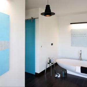 Sypialnia jest na tyle duża, że bez problemu można było wydzielić w niej miejsce na minisalon kąpielowy z wygodną wanną, która sama w sobie stanowi ciekawy element dekoracyjny. Projekt Justyna Smolec, fot. Bartosz Jarosz.
