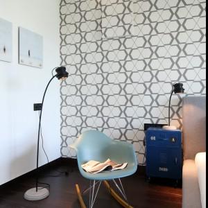 Dodatkowym oświetleniem w sypialni jest stojąca lampa, która nawiązuje do lampek znajdujących się przy nocnych stolikach. Proj. Justyna Smolec. Fot. Bartosz Jarosz.