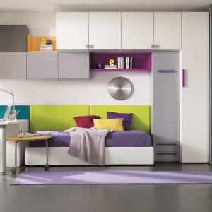 Praktyczne ustawienie łóżka przy ścianie. Fot. Dielle.