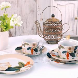 Zestaw herbaciany Botanique z nietuzinkowym motywem kwiatowym. Wykonany z porcelany. Zestaw składa się z filiżanki z podstawką i talerza deserowego. 23 zł, Pierrot Home Design/Sodo.pl.