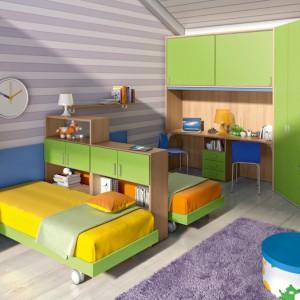 Łóżka oddzielone ścianką z mebli. Fot. Colombini Casa.