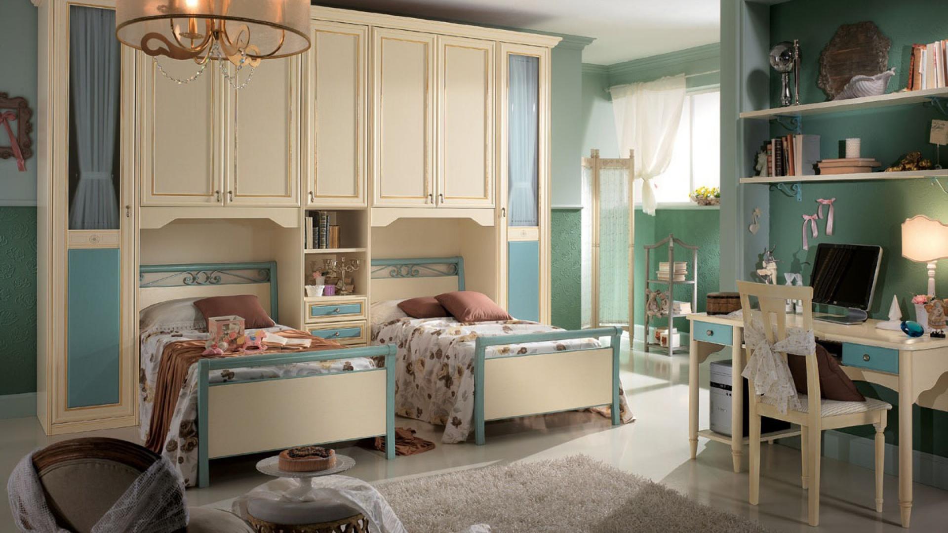Dość bliskie, równoległe ustawienie dwóch łóżek sprawdzi się np. w pokoju sióstr. Fot. Spar.it.