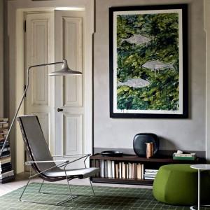Obraz na ścianie koresponduje z zielonym dywanem oraz pufą. Fot. B&B Italia.
