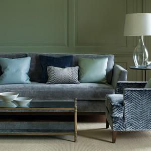 Kolor ścian wzmacniają zielone poduszki dekoracyjne. Fot. Colefax and Fovler.