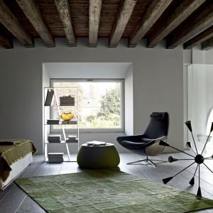 Zielone dodatki subtelnie ożywiają wnętrze w stylu skandynawskim. Fot. B&B Italia.