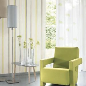 Subtelna zieleń na tapecie oraz fotelu. Fot. Casadeco.
