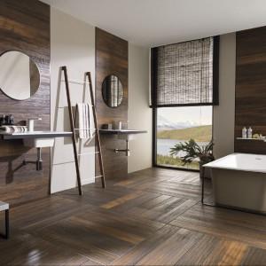 Drewno to modny element łazienkowy. W tym wydaniu kafelki imitujące drewniane panele marki Venis z kolekcji Hampton. Fot. Venis.