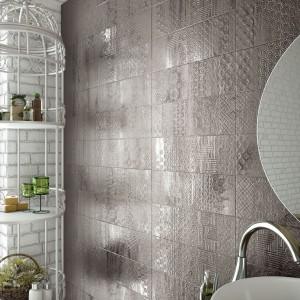 Taka faktura w łazience to zasługa kafelków marki Saloni z kolekcji Moment. Fot. Ceramica Saloni.