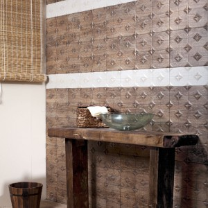Płytki z kolekcji Madeira marki Cerlat mają wymiary 28x50 i idealnie imitują przypominają stare, rzeźbione drewno. Fot. Cerlat.