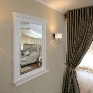 W projekcie zadbano o najmniejsze detale - nieduże lustro idealnie odbija obraz łóżka. Projekt Małgorzata Goś. Fot. Bartosz Jarosz
