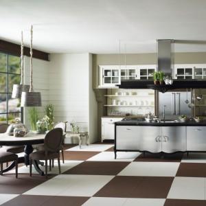 Meble kuchenne z kolekcji Opera. Wykonane z litego drewna w kolorze białym. Fronty wyspy są ze stali nierdzewnej. Wycena indywidualna, Marchi/Art De Vivre.