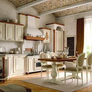 Kuchnia z kolekcji Savina di oggi, model Bianco Rinascimento. Na tle jasnych, spokojnych kolorów pięknie prezentują się drewniane elementy, będące subtelną dekoracją oraz zdobienia umieszczone tylko na niektórych frontach szafek. Obudowa okapu i płyta gazowa w klasycznym stylu. Wycena indywidualna, Zappalorto.