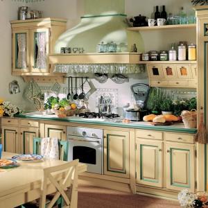 Kuchnia z kolekcji Italy. Jasna, kremowa kolorystyka nadaje jej ciepły i bardzo, domowy klimat. Tworzy również stylowy duet z zielonymi dodatkami zastosowanymi na frontach, na obudowie blatu oraz na obudowie okapu o ciekawym kształcie. Wycena indywidualna, L'Ottocento.