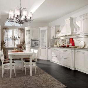 Kuchnia z kolekcji Aida. Prezentuje się bardzo elegancko. Zastosowanie białej kolorystyki nadało meblom lekkości i salonowego charakteru. Duże stalowe uchwyty są wygodne w użytkowaniu i stanowią estetyczny element dekoracyjny. Wycena indywidualna, Stosa Cucine.