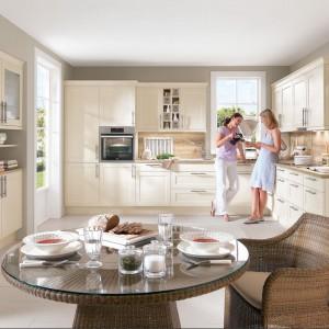 Meble kuchenne z kolekcji Chalet. Jasny, kremowy kolor pięknie prezentuje się w zestawie z drewnianymi elementami. Zabudowa zapewnia sporo miejsca na przechowywanie oraz na przygotowywanie posiłków. Dostępne w wielu wariantach kolorystycznych. Wycena indywidualna, Nobilia.