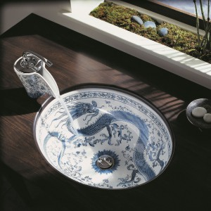 Inspiracją biało-kobaltowego wzoru Imperial Blue Design firmy Kohler były desenie zdobiące serwisy stołowe z przełomu XVIII/XIX w. Wykonana jest z porcelany. Fot. Kohler.