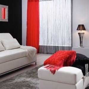 Firana sznurkowa to jeden z najmodniejszych sposobów na dekorację okna. Na zdjęciu: firana sznurkowa makaron arabeska czarny Mardom, zestawiona z czerwoną zasłoną arabeska oraz podwójnym karniszem Torino. Sprzedaż: www.nexterio.pl.