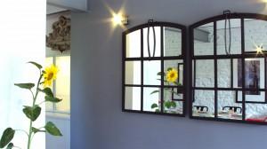 Kameralny i przyjazny dzieciom pensjonat. Miks stylu rustykalnego z industrialnym.. Jadalnia - stare okna w nowej roli.
