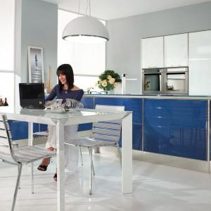 Meble kuchenne z kolekcji Lucy. Kolor biały, stanowiący bazę aranżacji, ożywia piękny odcień niebieskiego. Całość jest lekka, świeża i bardzo estetyczna. Powstały z myślą o wnętrzach otwartych, gdzie kuchnia, jadalnia i salon stanowią wspólną przestrzeń. Dostępne w wielu innych kolorystycznych zestawieniach. Wycena indywidualna, Lube Cucine.