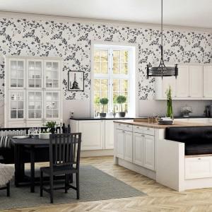 Meble kuchenne z kolekcji Classic kök, które nadadzą wnętrzu skandynawski klimat. Białe fronty pokryte są trwałym lakierem, który dostępny jest w 10 różnych kolorach. Fajnie zaprojektowana została wyspa, które poza blatem roboczym zapewnia miejsce do siedzenia w postaci niewielkiej kanapy. Wycena indywidualna, HTH.