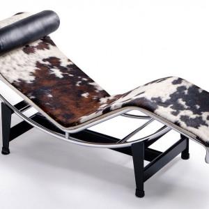Słynna leżanka LC4 projektu Le Corbusiera, tu w wersji z obiciem z łaciatej skóry. Projekt z 1928 roku! Fot. Vitra.