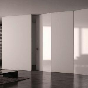 Drzwi z ukrytą ościeżnicą PIU Design. System składa się z ościeżnicy aluminiowej ukrytej w ścianie oraz skrzydła drzwiowego, które wykonane w technologii aluminiowej (Aluminium Design) daje wiele możliwości powierzchni ściany i drzwi tym samym materiałem. Fot. Piu Design.