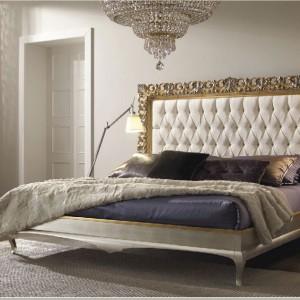 Klasyczne łoże z stylową, złotą ramą oraz klasycznie tapicerowanym wysokim zagłówkiem z kolekcji New Romantic Fot. Arve Style