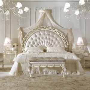 Niezwykle zdobne, a przy tym bardzo romantyczne łoże w kolorze kości słoniowej. Fot. Antonelli Moravio