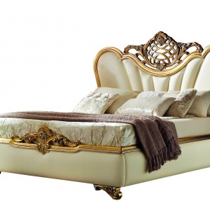 Ręcznie rzeźbione łóżko Giudecca z litego drewna wykończone złotem ze skórzanym zagłówkiem. Fot. Grilli