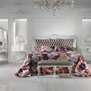 Klasyczne łoże w białej, bogato zdobionej ramie z kolekcji Mediterraneo. Fot.  Angelo Cappellini