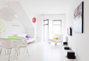 Zatopiony w bieli apartament w Sopocie - kompleksowa realizacja. Nowoczesne mieszkanie w całości zatopione w bieli. Wbrew pozorom - ciepłe i przytulne. Gdzieniegdzie pojawiają się kolorowe akcenty, które podkreślają wyjątkowy charakter tej niewielkiej przestrzeni.