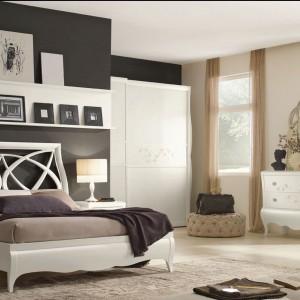 Stylowe łóżko z białym, ażurowym wezgłowiem z linii New Romantic. Fot. Arve Style