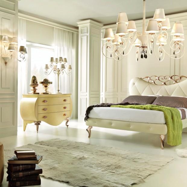 Sypialnia w stylu glamour. Piękne łóżka w jasnych kolorach
