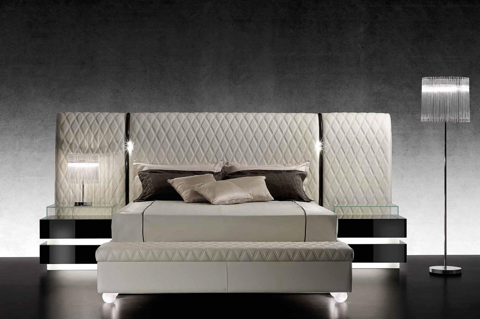 Sypialnia w stylu glamour. Piękne łóżka w jasnych kolorach ...