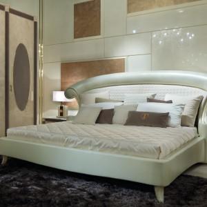 Charakterystyczną cechą łóżka z kolekcji Caractère jest nietypowe pikowanie - motyw wzięty ze świata mody, pojawiający się zarówno na wezgłowiu, jak i dodatkach. Fot. Turri