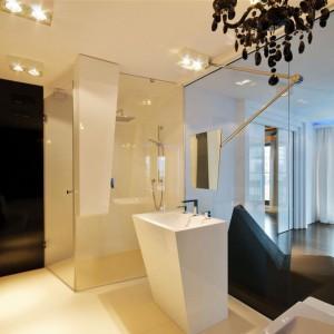Łazienka łączy różne stylistyki - glamour i nowoczesny minimalizm. Fot. Hola Design.