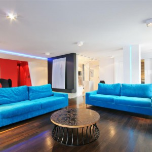 Turkusowe kanapy i stolik pochodzą z oferty marki Stylhen. Fot. Hola Design.