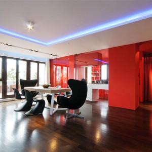 Biel ścian zestawiono tu z ognistą czerwienią. Fot. Hola Design.