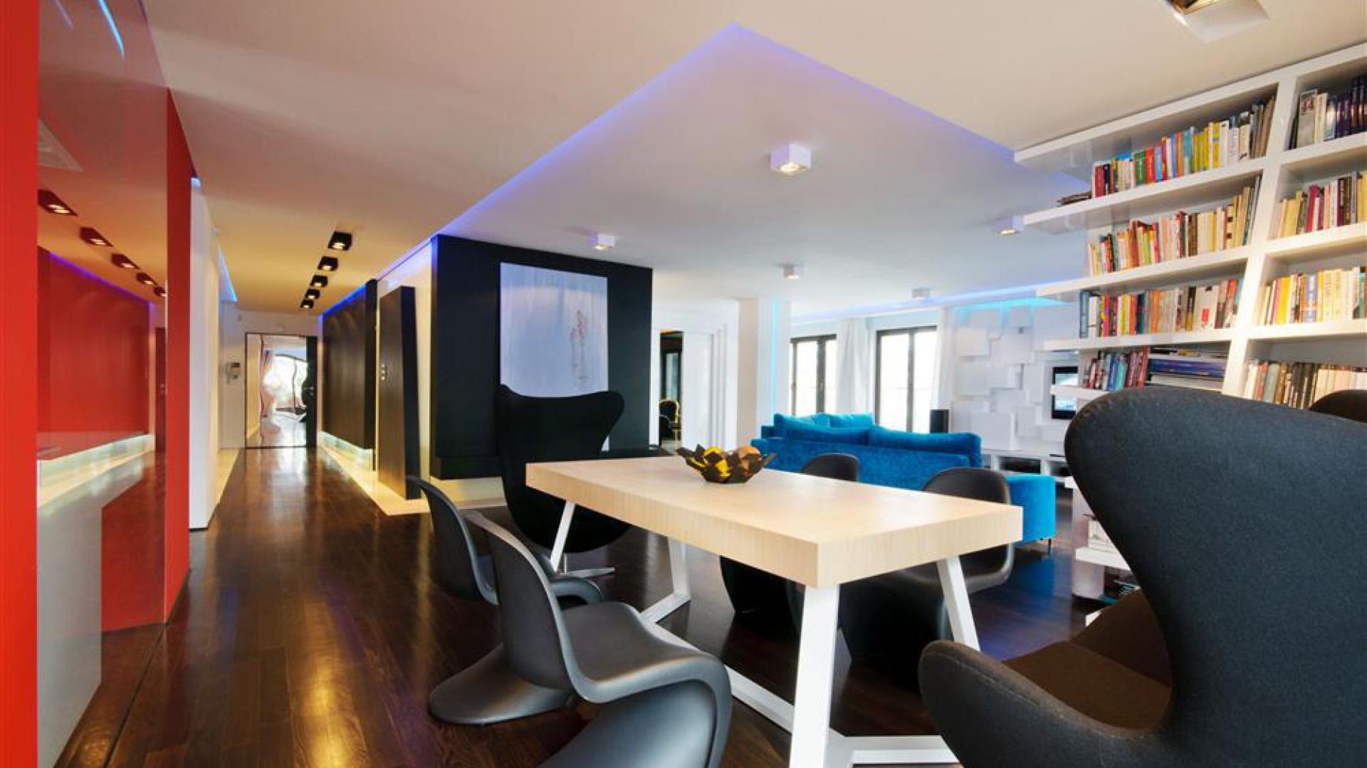 W otwartej przestrzeni dziennej stanęły klasyki designu - nieśmiertelne Pantony. Fot. Hola Design.
