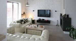 Połączenie czerni z bielą to jeden z najmodniejszych trendów w aranżacji wnętrz. Zobaczcie pokoje dzienne zaprojektowane przez polskich architektów i znajdźcie inspirację i pomysł dla siebie.