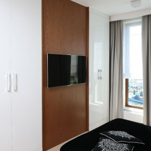 Telewizor zawieszono na ścianie podkreślonej kolorem brązowym. Fot. Bartosz Jarosz.