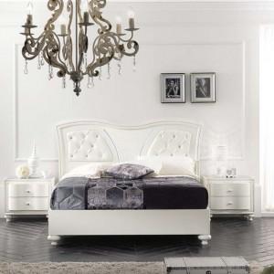 Łóżko z kolekcji Gioia notte charakteryzuje nietypowy zagłówek, w który łączy tradycyjne drewno z nowoczesnym pikowaniem. Fot. Mobil Piu