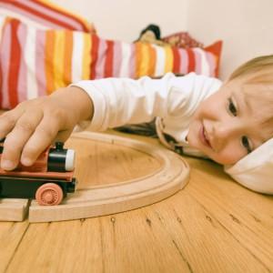 Drewniany pociąg stymulujący rozwój to znakomity prezent zarówno dla chłopca, jak i dziewczynki. Fot. Femme Actuelle.
