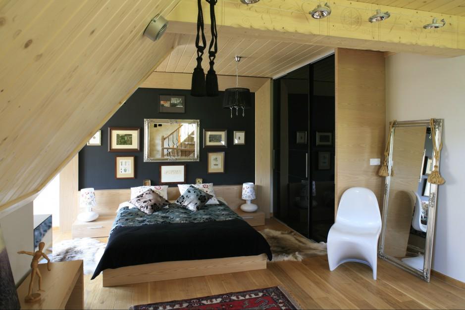Obudowana jasnym, ciepłym...  Drewno – nietypowy pomysł na ścianę w sypialni