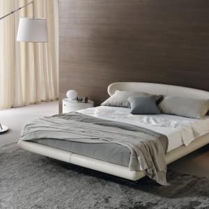 Ciemne drewno zdecydowanie ociepla szaro-białą, nieco loftową aranżację wnętrza. Fot. Misura Emme